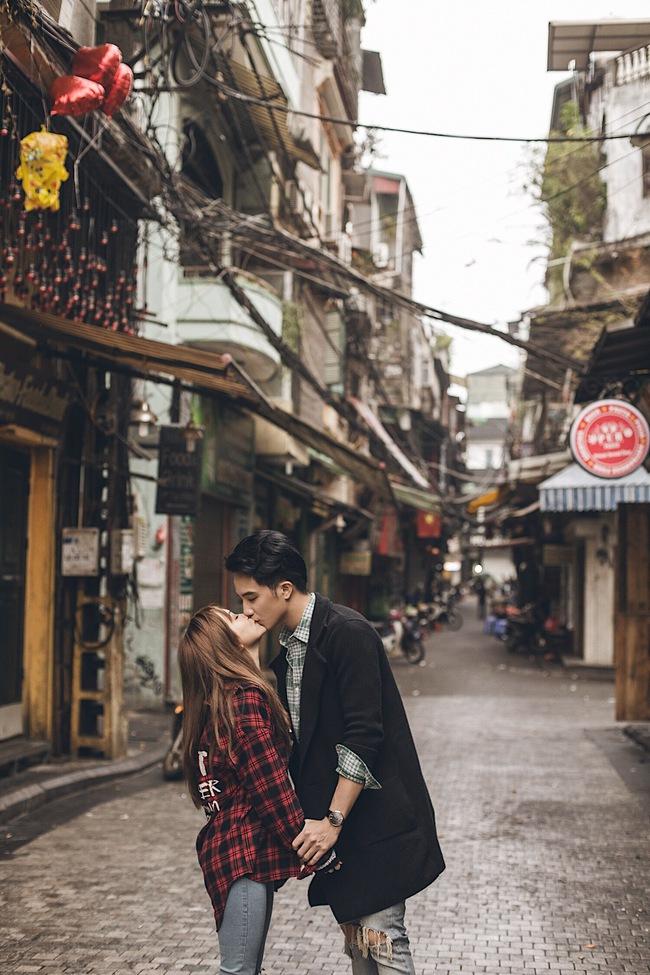 Sĩ Thanh và bạn trai bác sĩ 6 múi không ngại hôn nhau giữa đường phố Hà Nội - Ảnh 3.