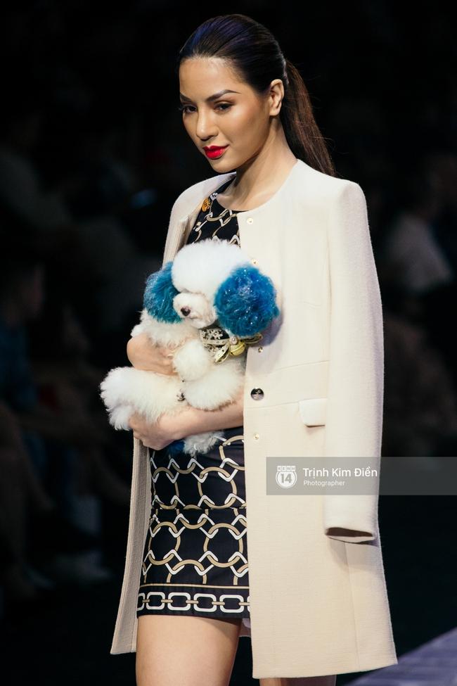 Thanh Hằng đặt cái kết hoàn hảo cho VIFW, Lê Thúy bất ngờ catwalk trong show Lê Thanh Hòa - Ảnh 45.