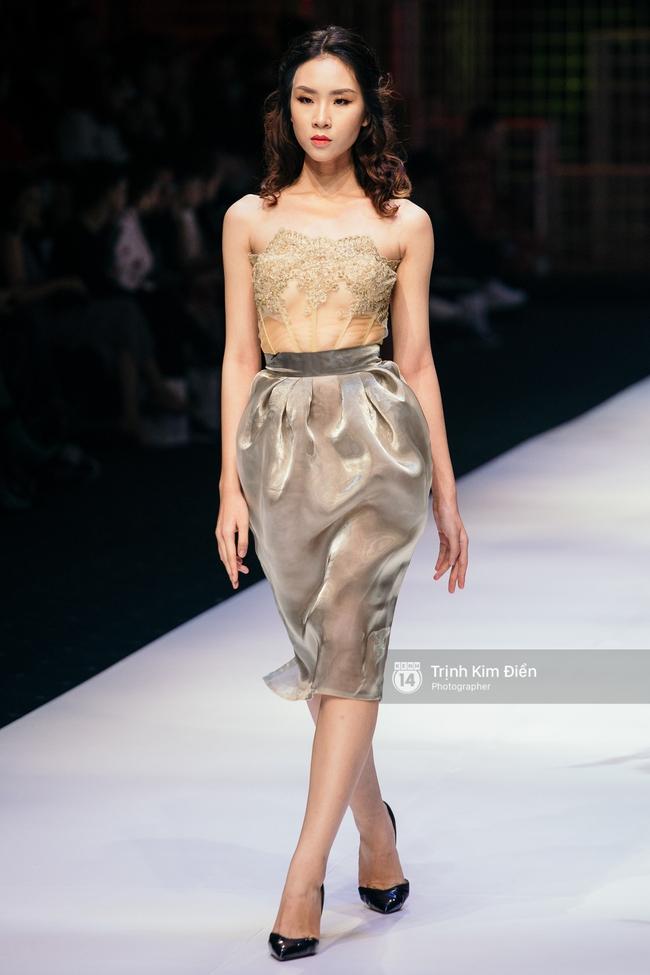 Thanh Hằng đặt cái kết hoàn hảo cho VIFW, Lê Thúy bất ngờ catwalk trong show Lê Thanh Hòa - Ảnh 17.