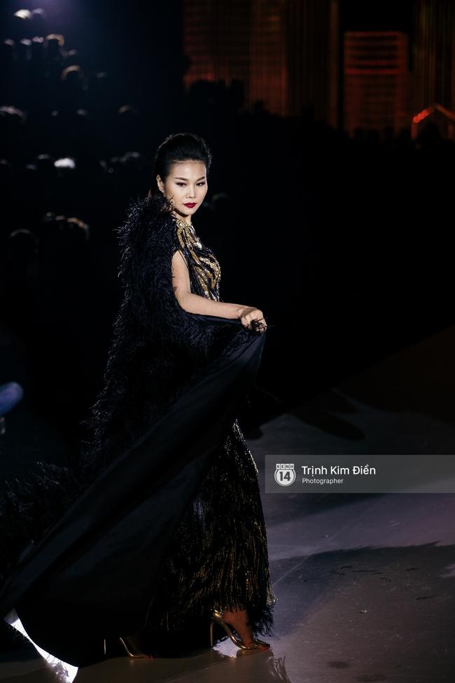 Thanh Hằng đặt cái kết hoàn hảo cho VIFW, Lê Thúy bất ngờ catwalk trong show Lê Thanh Hòa - Ảnh 3.