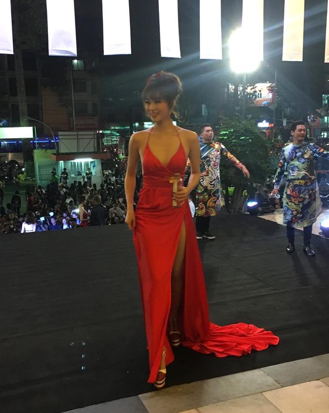 Có đến 2 nàng Bella Hadid thả dáng trên thảm đỏ Gala WeChoice Awards 2016!!! - Ảnh 4.