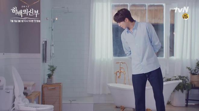 Tưởng Thủy thần Nam Joo Hyuk thế nào, hóa ra là điều khiển nước... bồn cầu! - Ảnh 3.