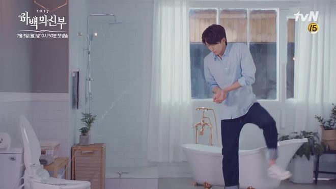 Tưởng Thủy thần Nam Joo Hyuk thế nào, hóa ra là điều khiển nước... bồn cầu! - Ảnh 5.