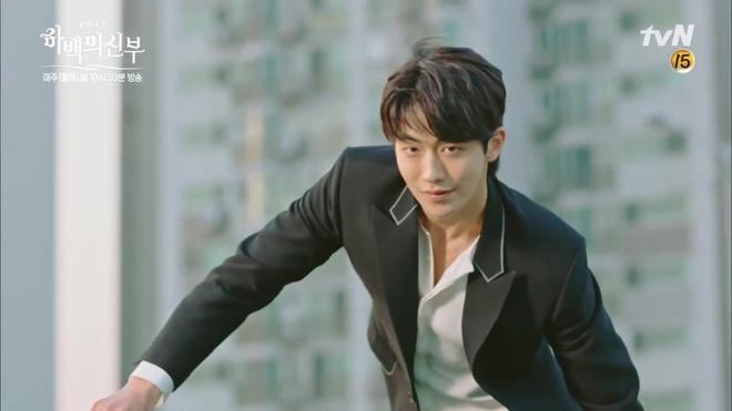 Krystal mặc sến như con cá cảnh, tát Thủy thần Nam Joo Hyuk cái bốp - Ảnh 6.