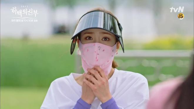 Krystal mặc sến như con cá cảnh, tát Thủy thần Nam Joo Hyuk cái bốp - Ảnh 8.