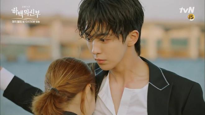 Krystal mặc sến như con cá cảnh, tát Thủy thần Nam Joo Hyuk cái bốp - Ảnh 23.