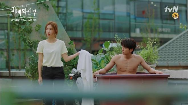 """Tập 4 """"Cô dâu thủy thần"""": Được 2 mĩ nữ sexy cỡ này theo đuổi, ai cũng ghen tị với """"Thủy thần"""" Nam Joo Hyuk! - Ảnh 11."""