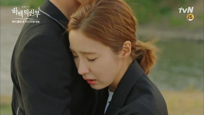 Krystal mặc sến như con cá cảnh, tát Thủy thần Nam Joo Hyuk cái bốp - Ảnh 24.