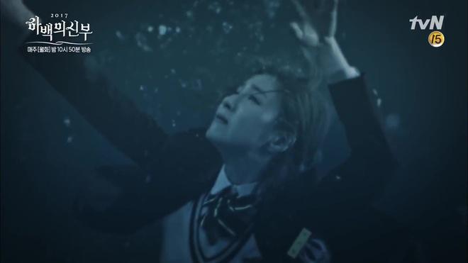 Krystal mặc sến như con cá cảnh, tát Thủy thần Nam Joo Hyuk cái bốp - Ảnh 18.