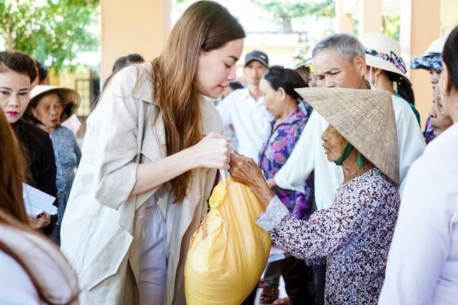 Hồ Ngọc Hà cùng mẹ về miền Trung hỗ trợ bà con sau bão Damrey - Ảnh 5.
