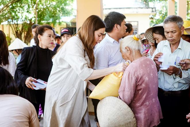 Hồ Ngọc Hà cùng mẹ về miền Trung hỗ trợ bà con sau bão Damrey - Ảnh 7.