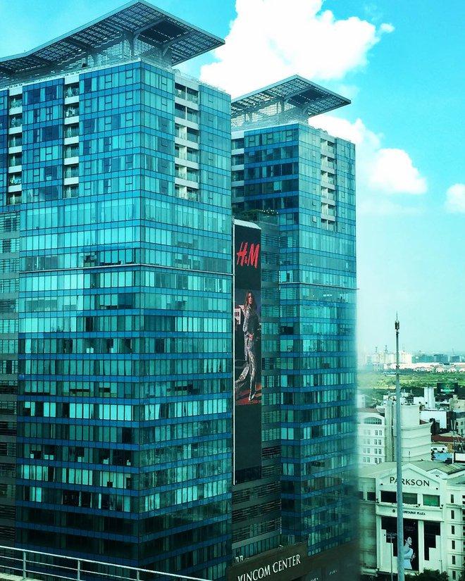 Poster H&M xuất hiện cực oách trên bảng quảng cáo siêu to ở Vincom Đồng Khởi, chính thức chào các tín đồ thời trang Việt - Ảnh 1.