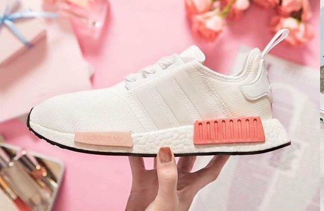 Nếu cho rằng mình đã chán sneaker hồng, bạn sẽ phải suy nghĩ lại khi thấy mẫu adidas NMD xinh đẹp quá đỗi này - Ảnh 1.