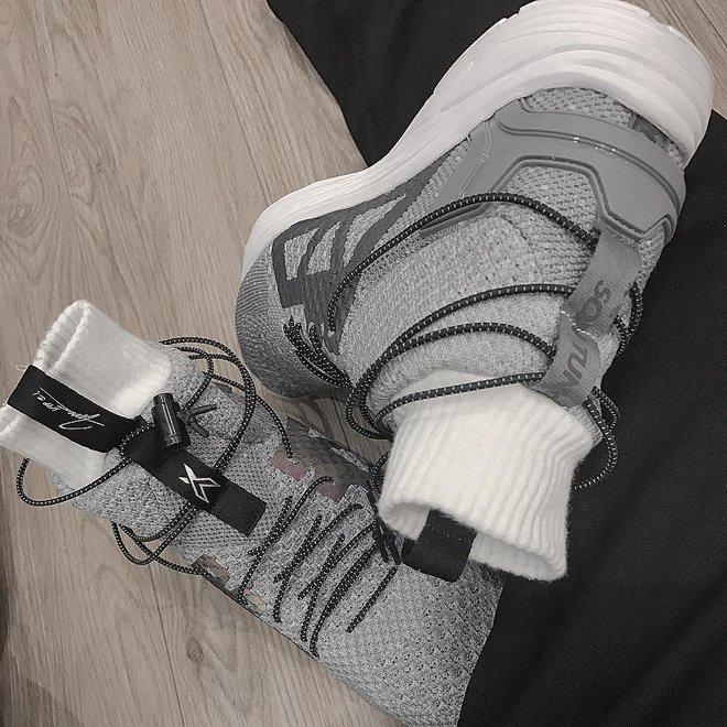 Đôi sneaker mới toanh Bitis vừa làm riêng tặng Sơn Tùng M-TP giống giày adidas đến bất ngờ - Ảnh 3.