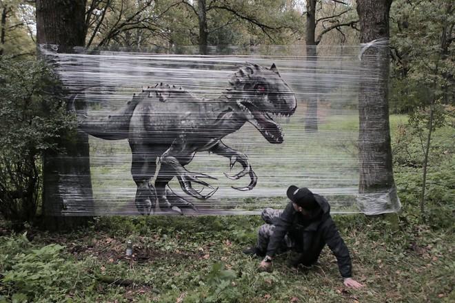 Cuốn nilon vào thân cây rồi vẽ vời, chàng họa sĩ đã làm nên tuyệt tác 3D sống động trong rừng - Ảnh 1.