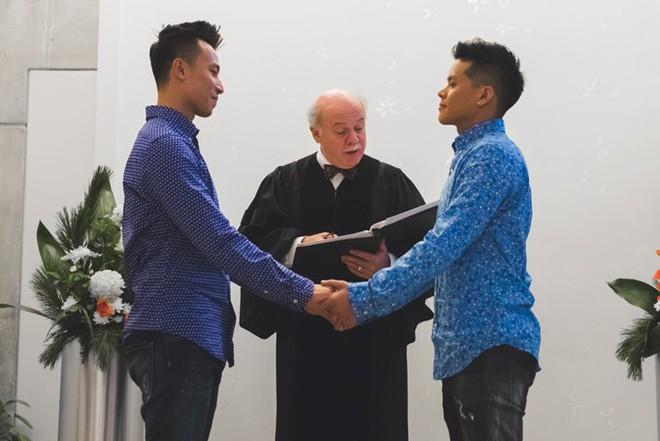 John Huy Trần ngọt ngào hôn bạn trai trong lễ thành hôn ở Canada - Ảnh 1.