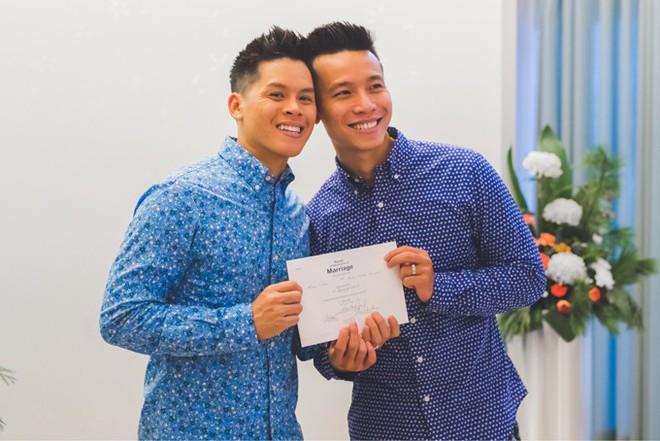 John Huy Trần ngọt ngào hôn bạn trai trong lễ thành hôn ở Canada - Ảnh 5.
