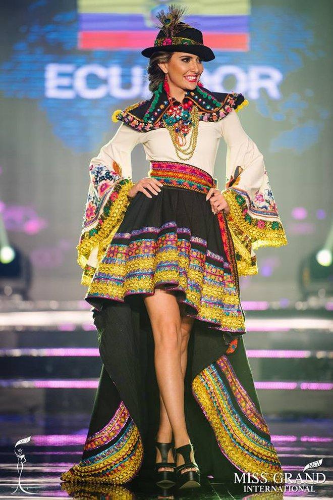 """Chuyện hy hữu: BTC """"Miss Grand International"""" công bố nhầm Top 1 bình chọn Trang phục dân tộc giữa Việt Nam và Indonesia - Ảnh 9."""