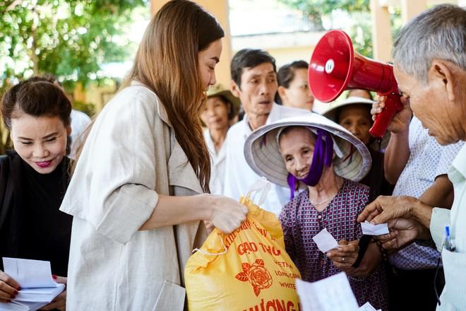 Hồ Ngọc Hà cùng mẹ về miền Trung hỗ trợ bà con sau bão Damrey - Ảnh 9.