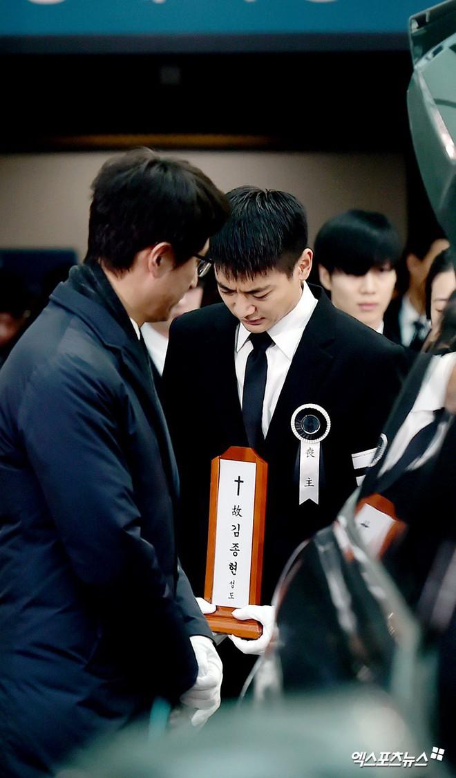 Trong tang lễ Jonghyun, có những người cố nín khóc: Anh cứ an tâm ra đi, chúng em ở lại sẽ cố thay anh mạnh mẽ - Ảnh 1.