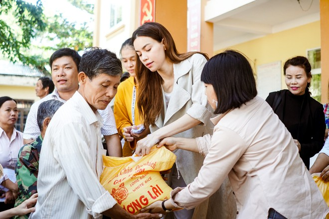 Hồ Ngọc Hà cùng mẹ về miền Trung hỗ trợ bà con sau bão Damrey - Ảnh 16.