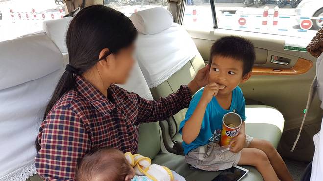 Vụ 2 bé trai bị bỏ rơi trên vỉa hè Sài Gòn: Quá nhớ con, mẹ quay lại nhận hai anh em về nhà - Ảnh 3.