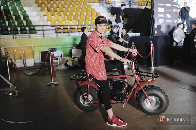 Giới trẻ Việt thi nhau mặc hoodie trăm triệu của Louis Vuitton x Supreme và đồ streetwear đắt đỏ tới Sole Ex 2017 - Ảnh 33.