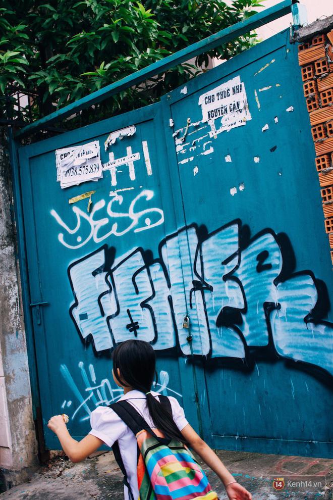 """Khi """"graffiti nửa mùa"""" xuất hiện tràn lan ở Sài Gòn: Đến cả những tấm pano rất đẹp cũng đã bị bôi bẩn - Ảnh 5."""