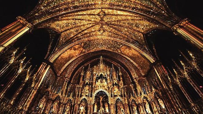 Màn trình diễn ánh sáng ngoạn mục biến nhà thờ thành xứ sở thần tiên - Ảnh 3.