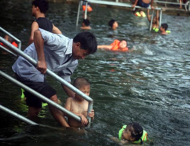 """Hà Nội: Người dân góp tiền cải tạo ao làng ô nhiễm thành """"bể bơi khổng lồ"""" miễn phí cho trẻ nhỏ - Ảnh 3."""