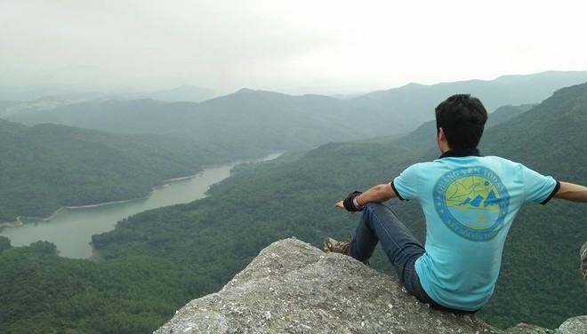 Tranh cãi việc các nhóm phượt leo lên mỏm đá cao, chông chênh ở núi Đá Chồng để chụp ảnh - Ảnh 3.