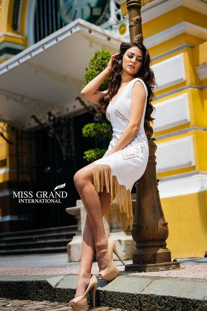 """Sao BTC Miss Grand International lại nỡ bắt các người đẹp phải """"nghiêng thùng đổ chảo"""" đứng bên cột đèn tạo dáng khó thế này? - Ảnh 3."""