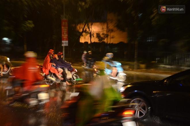 Hà Nội: Tắc đường kinh hoàng giờ tan tầm sau mưa lớn, di chuyển 3km cũng mất tới 1 tiếng đồng hồ! - Ảnh 9.