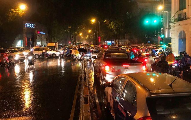 Đèn tín hiệu vô dụng trong mưa lớn, hàng trăm phương tiện kẹt cứng ở trung tâm Sài Gòn - Ảnh 2.