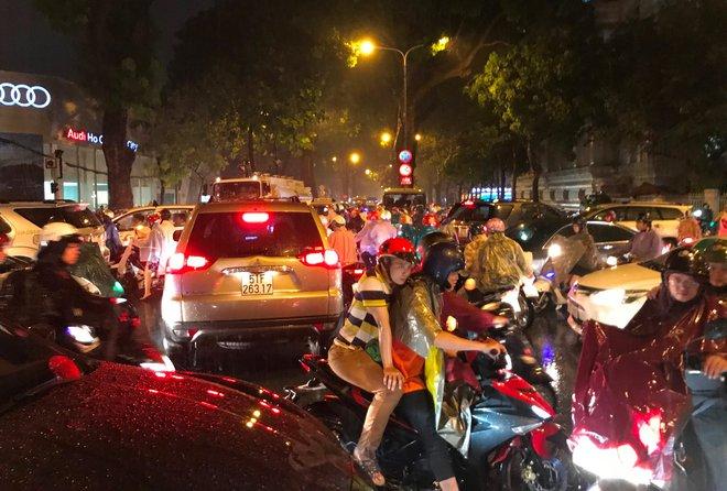 Đèn tín hiệu vô dụng trong mưa lớn, hàng trăm phương tiện kẹt cứng ở trung tâm Sài Gòn - Ảnh 3.