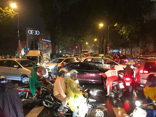 Đèn tín hiệu vô dụng trong mưa lớn, hàng trăm phương tiện kẹt cứng ở trung tâm Sài Gòn - Ảnh 4.