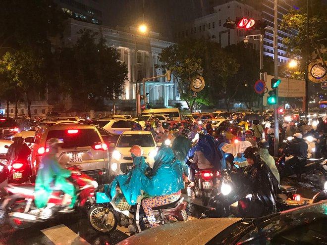 Đèn tín hiệu vô dụng trong mưa lớn, hàng trăm phương tiện kẹt cứng ở trung tâm Sài Gòn - Ảnh 5.