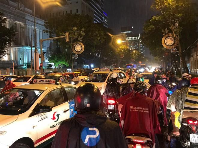 Đèn tín hiệu vô dụng trong mưa lớn, hàng trăm phương tiện kẹt cứng ở trung tâm Sài Gòn - Ảnh 6.