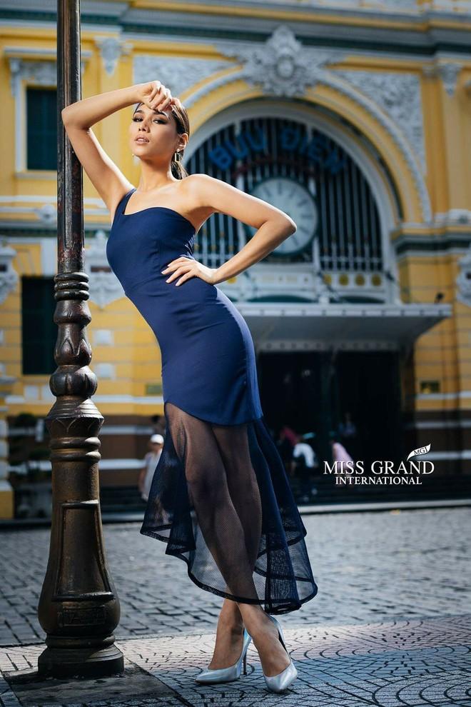 """Sao BTC Miss Grand International lại nỡ bắt các người đẹp phải """"nghiêng thùng đổ chảo"""" đứng bên cột đèn tạo dáng khó thế này? - Ảnh 2."""