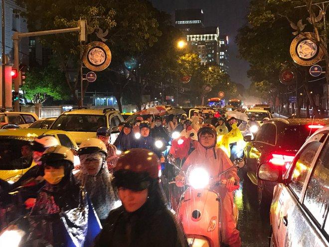 Đèn tín hiệu vô dụng trong mưa lớn, hàng trăm phương tiện kẹt cứng ở trung tâm Sài Gòn - Ảnh 1.