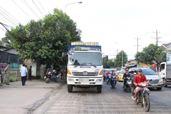 Bình Dương: CSGT truy đuổi xe tải bỏ chạy hơn 1km sau va chạm với chiếc xe máy khiến 1 người bị thương nặng - Ảnh 2.