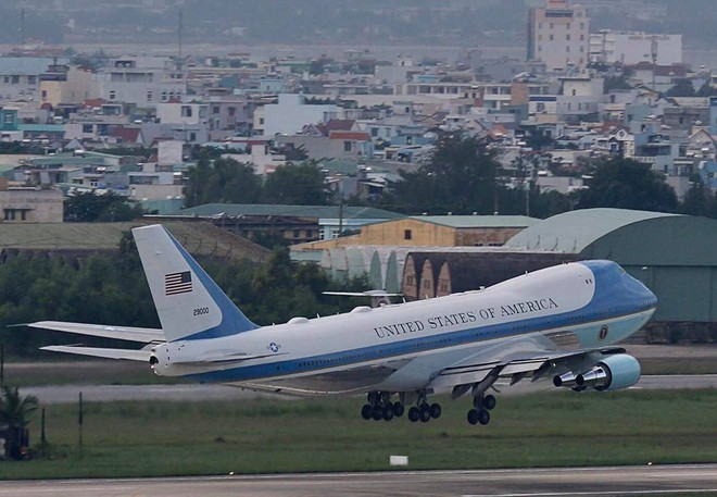 Tổng thống Mỹ Donald Trump đến Hà Nội, an ninh thắt chặt ở các tuyến phố trung tâm - Ảnh 1.