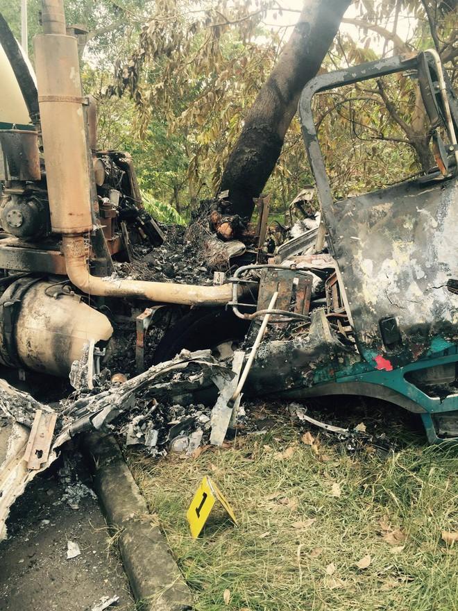 TP.HCM: Xe đầu kéo phát hỏa sau khi tông vào gốc cây, tài xế chết cháy trong cabin - Ảnh 2.