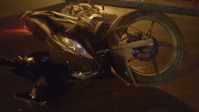 Tông trúng rồi kéo lê 2 nam sinh Đại học FPT gần 40m, tài xế chạy trốn bỏ mặc 2 nạn nhân nằm bất tỉnh giữa đường - Ảnh 2.