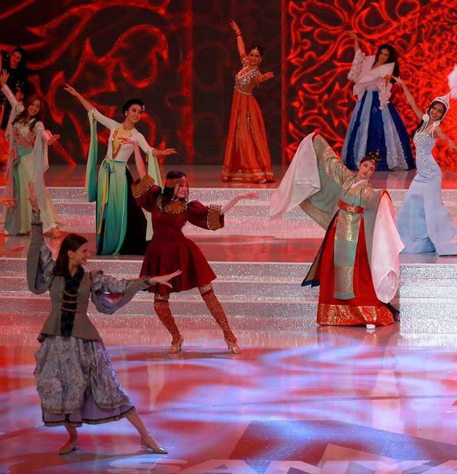 Hoa hậu Đỗ Mỹ Linh xuất hiện trong Dance of the World
