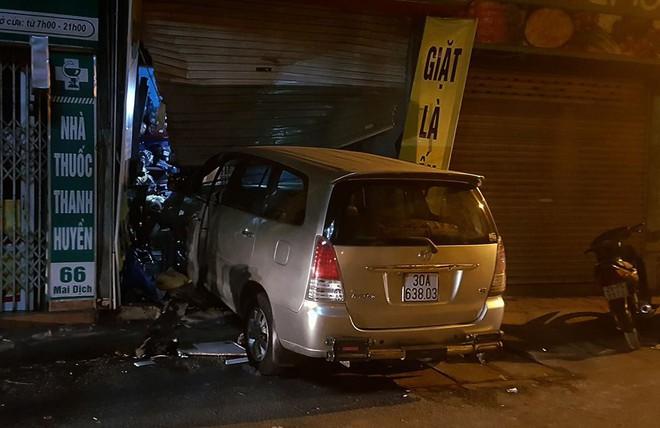 Vụ nửa đêm lái xe đâm nhà hàng xóm: Tài xế định lái xe đâm vào nhà để dọa vợ nhưng đâm nhầm sang nhà hàng xóm - Ảnh 1.