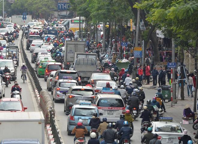Biển người Hà Nội, Sài Gòn đổ về trung tâm thương mại, khu phố thời trang để săn đồ Black Friday - Ảnh 9.