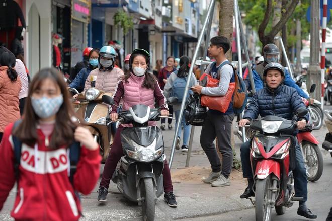 Biển người Hà Nội, Sài Gòn đổ về trung tâm thương mại, khu phố thời trang để săn đồ Black Friday - Ảnh 12.