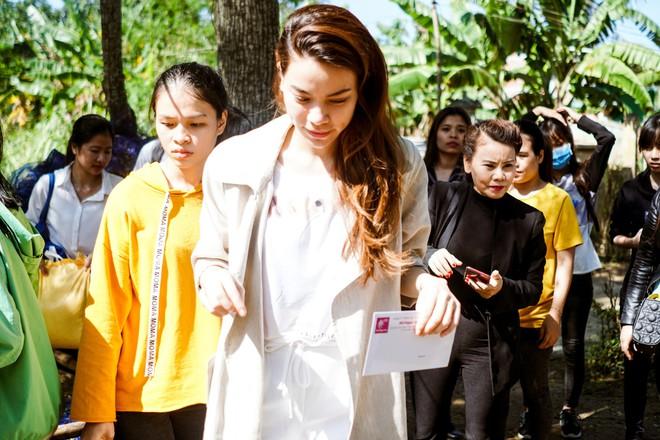Hồ Ngọc Hà cùng mẹ về miền Trung hỗ trợ bà con sau bão Damrey - Ảnh 22.