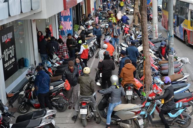 Biển người Hà Nội, Sài Gòn đổ về trung tâm thương mại, khu phố thời trang để săn đồ Black Friday - Ảnh 11.